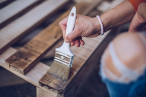 【解決】木材塗装でニスは必要?効果や注意点・おすすめの塗料も紹介